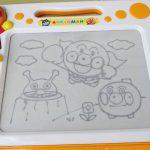 子供の描きたい気持ちに応えてくれる、お絵描きボード「アンパンマン 天才脳らくがき教室」